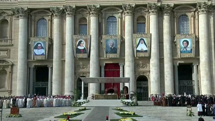 News video: Papst Franziskus spricht fünf Menschen heilig