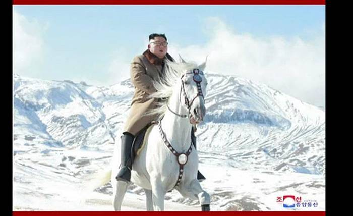 Video: Wichtige Entscheidung? Nordkoreas Kim Jong Un reitet zum Berg Paektu