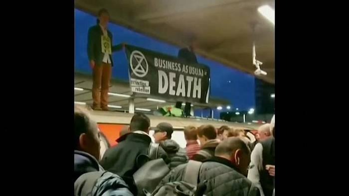 News video: Aktivisten blockieren U-Bahn in London - Pendler werden gewalttätig