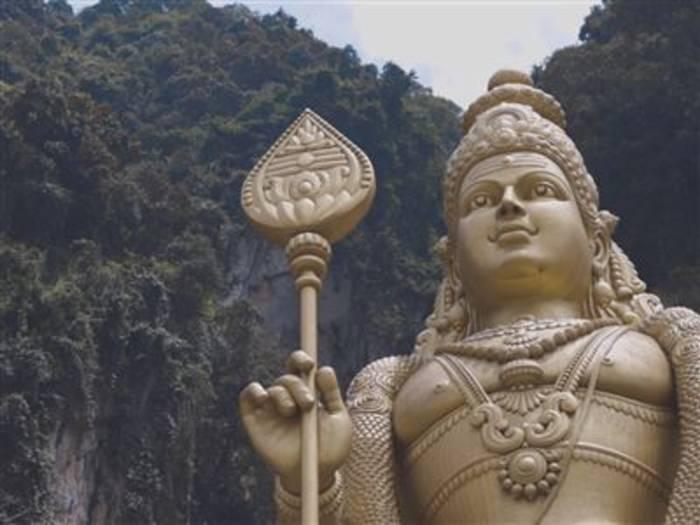 Video: Die gigantische Statue der Batu-Höhlen