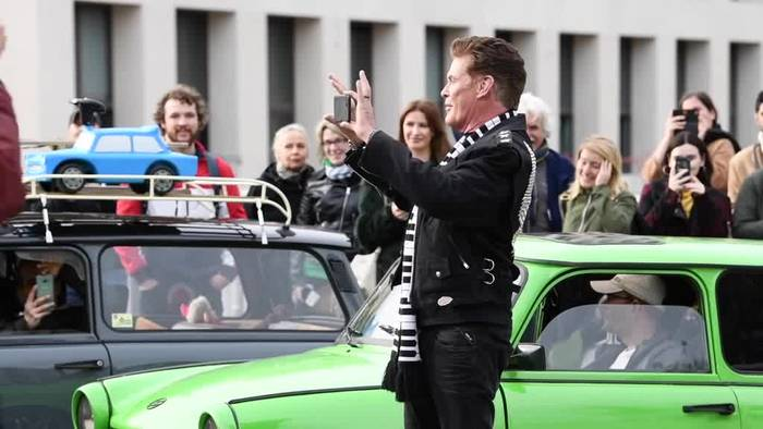 News video: «Looking for freedom» im Zweitakt: Hasselhoff ist Trabi-Fan