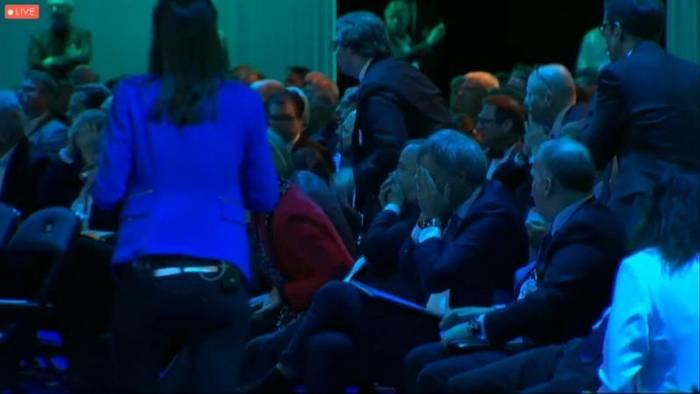 Video: Peter Altmaier (61) stürzt von der Bühne und ist kurz bewusstlos