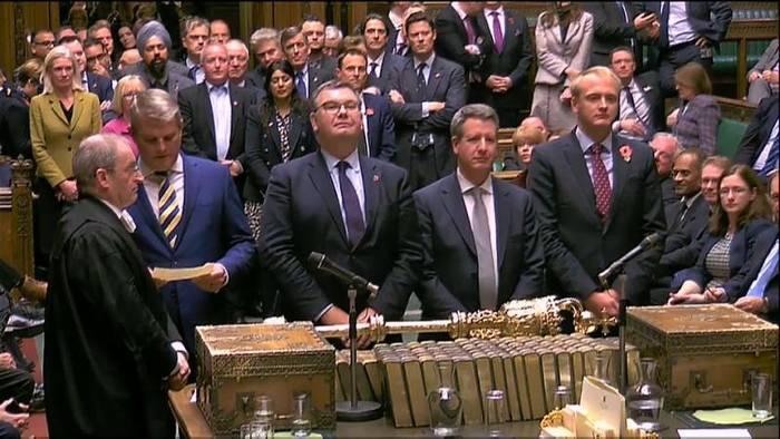Video: Britisches Unterhaus stimmt für Neuwahl am 12. Dezember