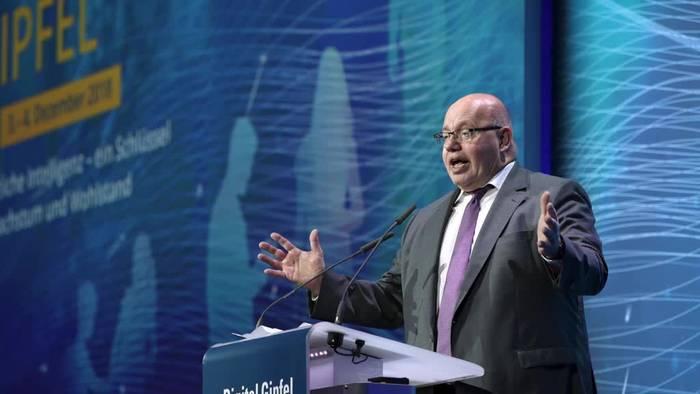 News video: Minister Altmaier stürzt von der Bühne - In Klinik gebracht