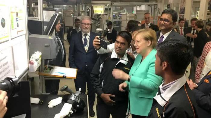 Video: Merkel auf Firmenbesuch in Indien: Selfies mit Facharbeitern