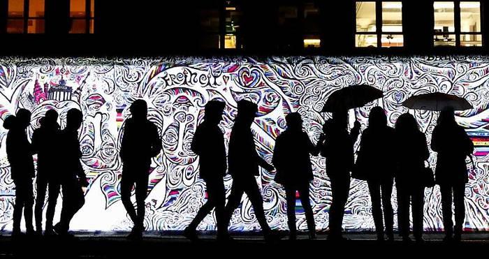 News video: 30 Jahre Mauerfall: Berlin spielt mit Mauern aus Licht und Ton