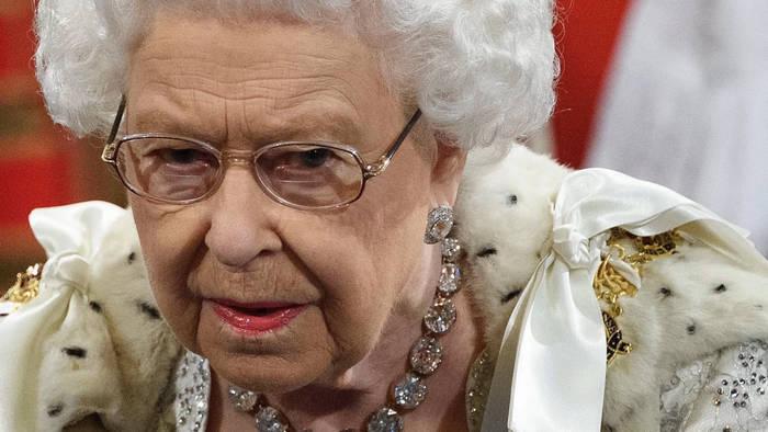 Video: Queen Elizabeth II: Ohne Pelz durch den Winter