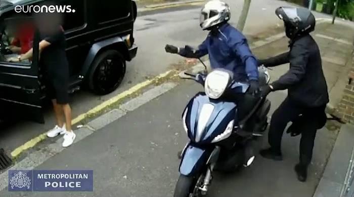 News video: Video: Überwachungskamera filmt Messerangriff auf Özil und Kolasinac