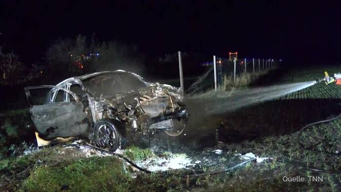 News video: SUV brennt komplett aus - Fahrer kann sich retten