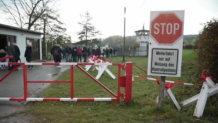 News video: Mauerfall: Trabikorso durchbricht symbolisch Mauer