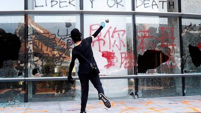 News video: Hongkong: Polizist schießt auf Demonstrant