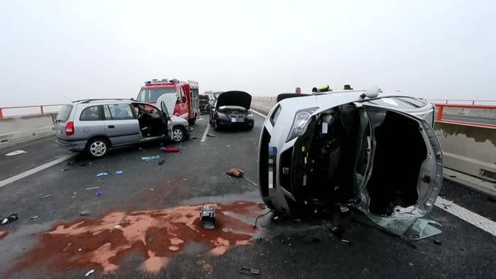 Video: Glätte und Nebel - 29 Verletzte bei Massencrash auf A7