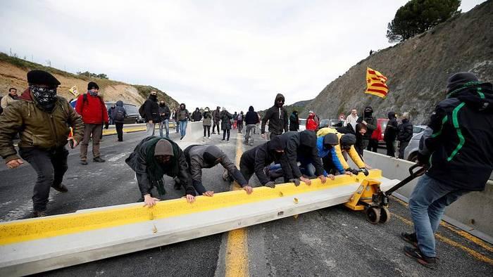 Video: Katalonien: Aktivisten blockieren Autobahn zu Frankreich