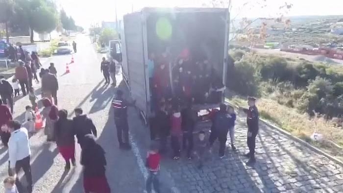 Video: 82 Flüchtlinge im Laderaum: Polizei hält LKW auf