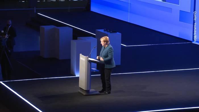 Video: Kuriose Szene: Angela Merkel stoppt während Rede abrupt - und fordert Applaus