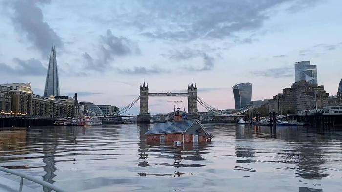 Video: Extinction Rebellion schockt mit sinkendem Haus auf der Themse
