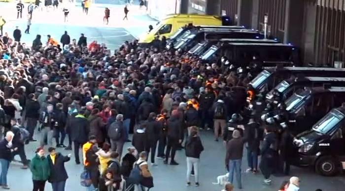 Video: Nächste Stufe des Protest: Separatisten blockieren Bahnhof in Barcelona