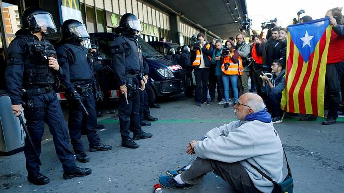 Video: Nächste Stufe des Protests: Separatisten blockieren Bahnhof in Barcelona