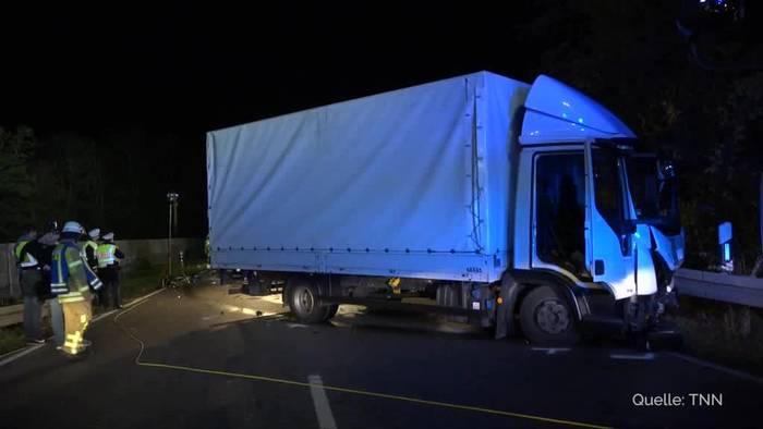 News video: Auto kracht bei Überholmanöver in Lkw - vier Verletzte