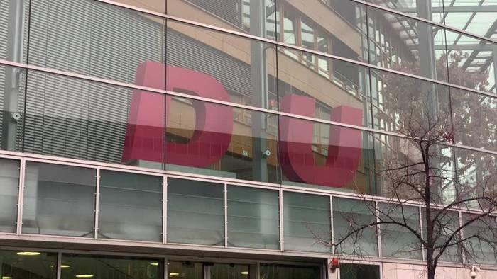 Video: Berlin: Greenpeace-Aktivisten stehlen C aus CDU-Logo