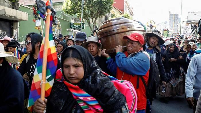 News video: Krise in Bolivien: Vom Tränengas vernebelte Särge stehen auf der Straße
