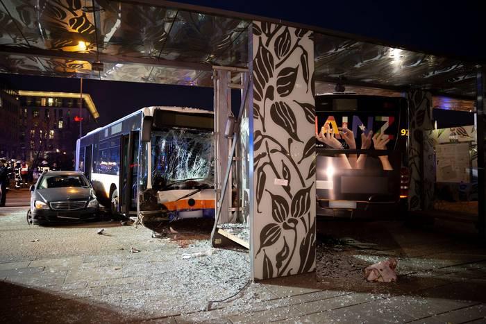News video: Schweres Busunglück in Wiesbaden: Bus rast in Haltestelle