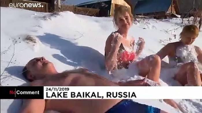 Video: Entspannung pur: Schwimmen und chillen am Baikalsee
