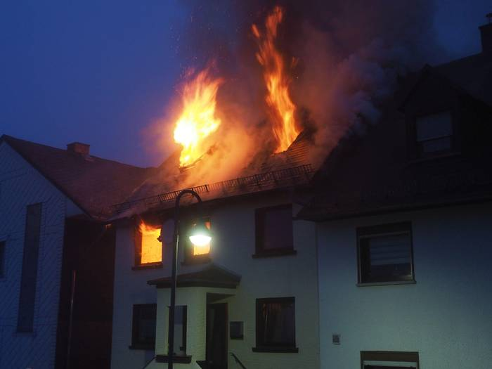 Video: Brand mit Todesfolge - EFH in Limburg brennt fast komplett ab