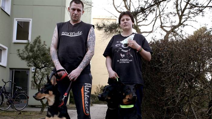 Video: Hartz-IV-Paar ruft im TV seine Hunde beim Namen: Die Zuschauer sind einfach nur noch wütend!