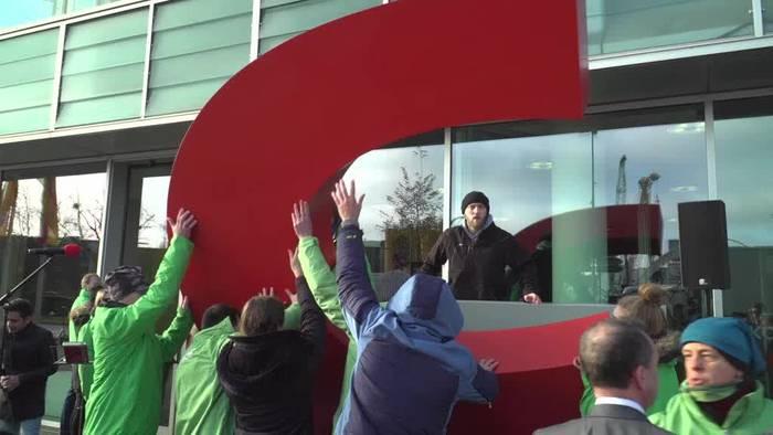 Video: Greenpeace bringt C in CDU-Zentrale zurück