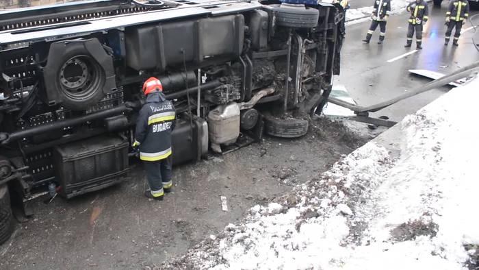 News video: Spektakuläre Bergungsaktion: Autotransporter in Budapest umgekippt!