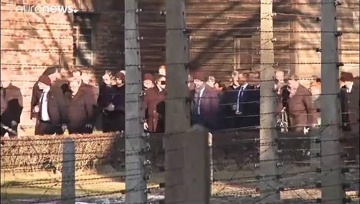 Video: Angela Merkel besucht KZ-Gedenkstätte Auschwitz