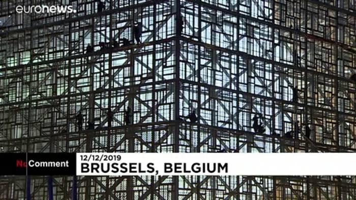 Video: Greenpeace-Protestbanner an EU-Gipfelgebäude