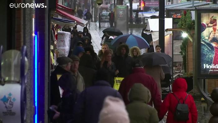 Video: Im Regen und mit Hund: Briten wählen neues Parlament