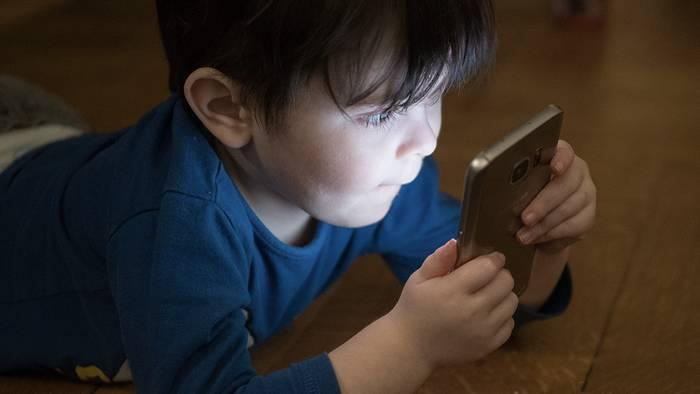 News video: Deutsche Ärztin: Diese Langzeitfolge hat die Smartphone-Nutzung auf das Gehirn von Kindern