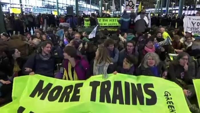 News video: Amsterdam: Klimademo im Flughafen Schiphol