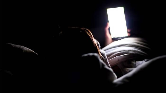 Video: Wird blaues Licht am Smartphone zu Unrecht verteufelt?