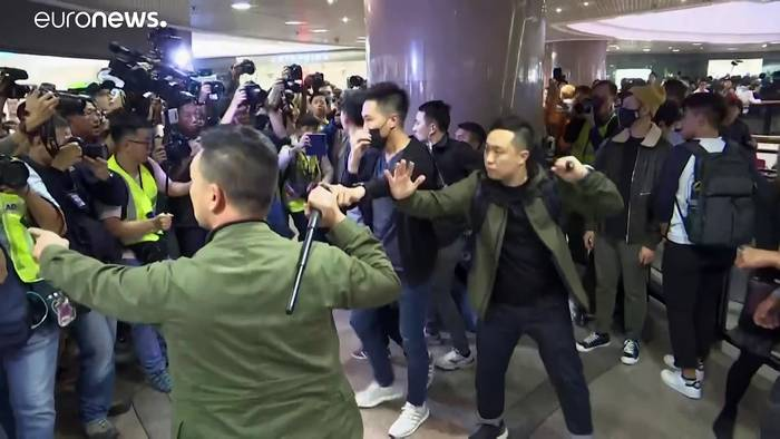 News video: Schlagstöcke und Pfefferspray im Einkaufszentrum an Heiligabend