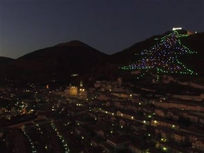 Video: Das ist der wohl größte Weihnachtsbaum der Welt