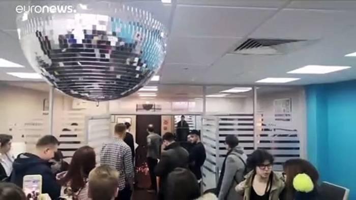 Video: Rabiate Razzia bei Nawalny - Mitarbeiter (23) plötzlich im Wehrdienst