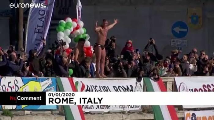 News video: 15 Meter tief in den Tiber: Neujahrsspringen in Rom