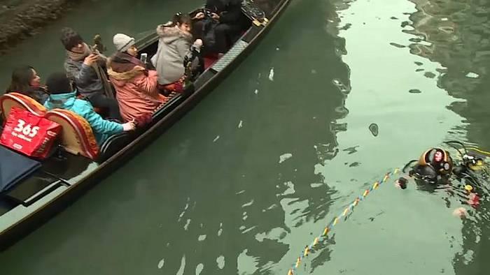 Video: Venedig-Urlauber staunen: Gondoliere tauchen ab