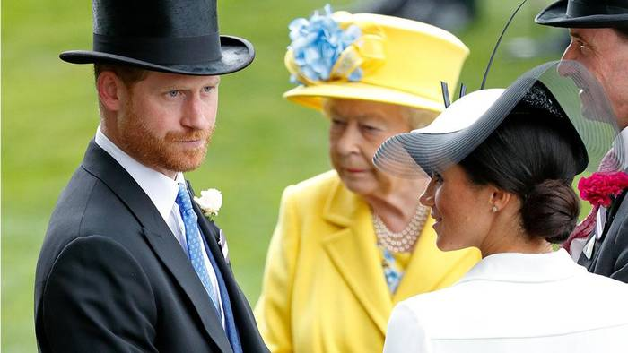 Video: Meghan und Harry: Die Queen wird durch den Rückzug an ihre dunkelste Stunde erinnert