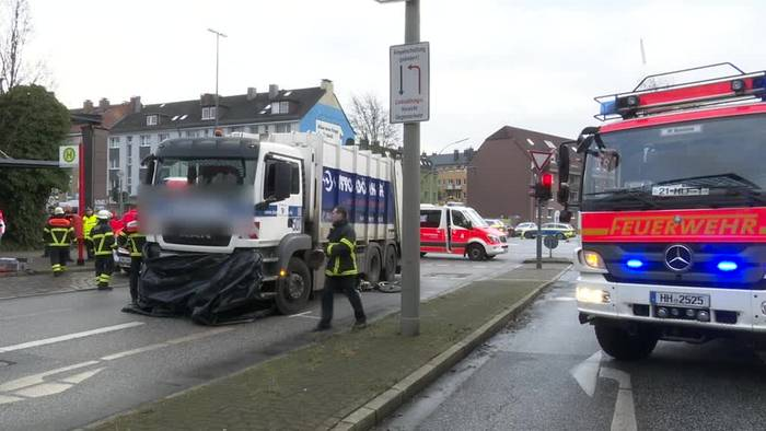 Video: Hamburg: Radfahrer von Müllauto beim Abbiegen überrollt