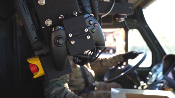 Video: Dieses Armeefahrzeug wird mit einem X-Box-Controller gesteuert