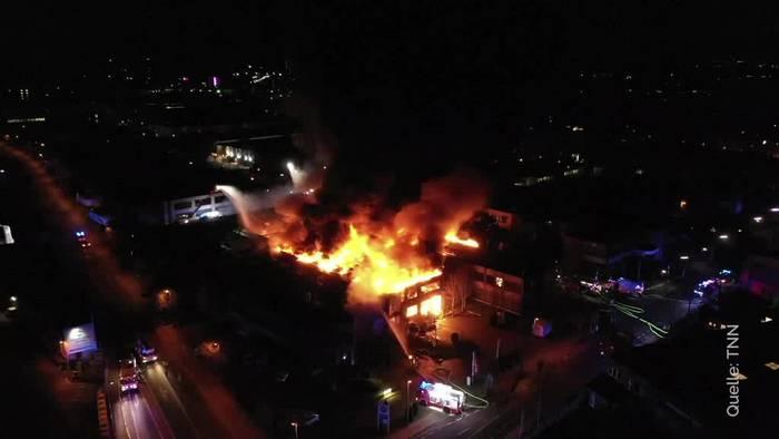 News video: Zwei Feuerwehrleute bei Explosionen in Düsseldorf verletzt