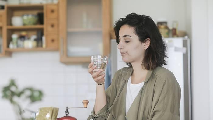 News video: Millionen Deutsche trinken es: Aber es verursacht Haarausfall, Zahnschäden und Gewichtszunahme