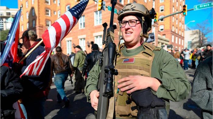 Video: Bis an die Zähne bewaffnet: Waffenbefürworter marschieren in Virginia