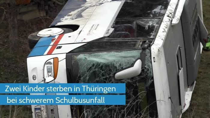 Video: Schulbus auf eisglatter Straße - zwei Kinder tot