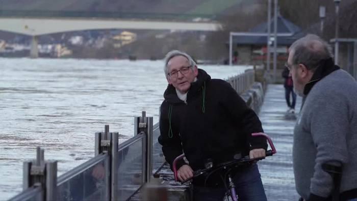 News video: Hochwasser an der Mosel - Noch halten die Schutzwände